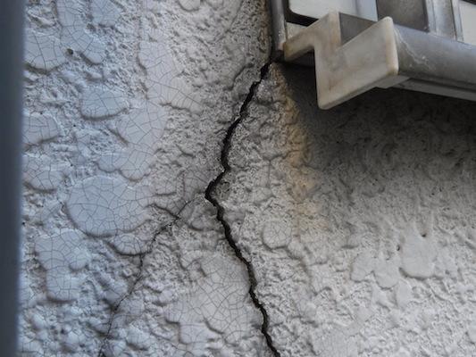 下地調整の重要なポイント2 ひび割れ、クラック補修(外壁)