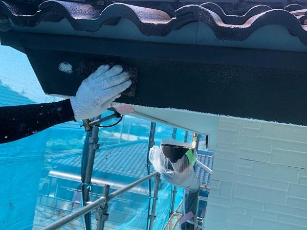 群馬県太田市 屋根・外壁・付帯部塗装工事 雨どい交換 下地処理 ケレン作業 サイディングの継ぎ目 (4)