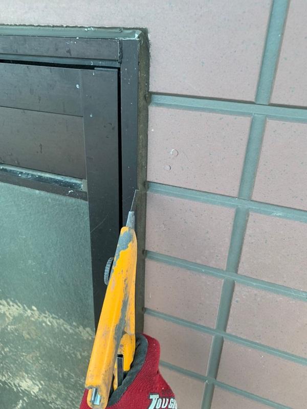 群馬県前橋市 S様邸 屋根塗装・外壁塗装 シーリング打ち替え工事 サッシ廻りのシーリングの撤去方法 (3)