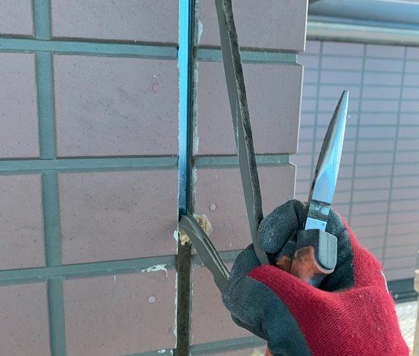 群馬県前橋市 S様邸 屋根塗装・外壁塗装 シーリング打ち替え工事 サッシ廻りのシーリングの撤去方法 (1)
