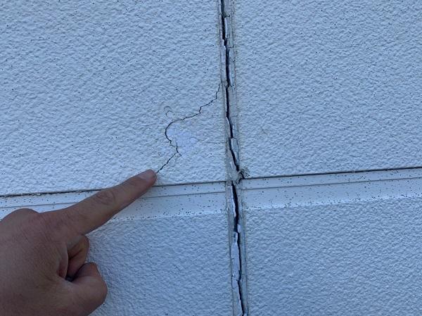 群馬県前橋市 ㈱P様貸店舗 外壁塗装・屋根塗装 施工前の様子② チョーキング現象 シーリング破断、亀裂 (4)