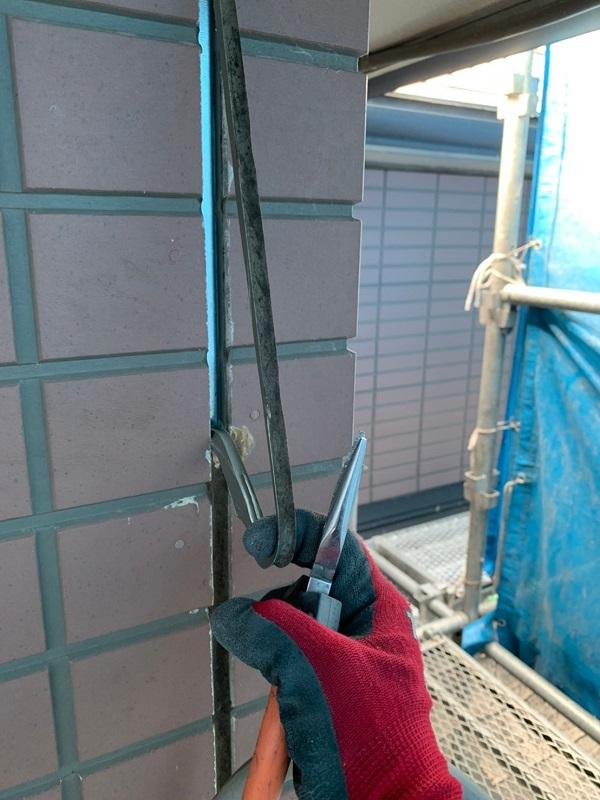 群馬県前橋市 S様邸 屋根塗装・外壁塗装 シーリング打ち替え工事 サッシ廻りのシーリングの撤去方法 (2)