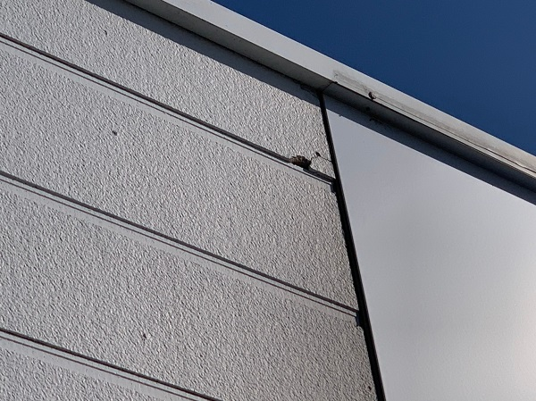 群馬県前橋市 ㈱P様貸店舗 外壁塗装・屋根塗装 施工前の様子① ホワイトの外壁のメリット・デメリット ひび割れ(クラック) (2)