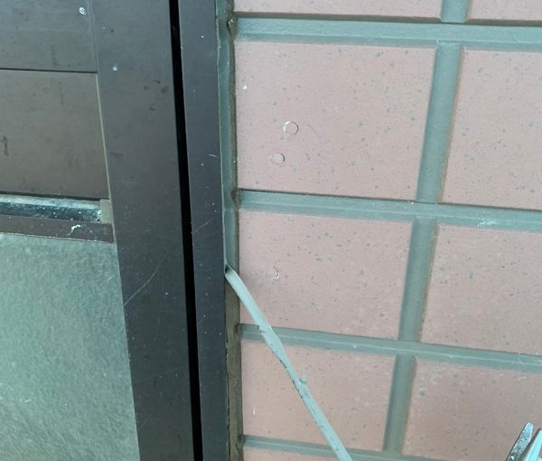 群馬県前橋市 S様邸 屋根塗装・外壁塗装 シーリング打ち替え工事 サッシ廻りのシーリングの撤去方法 (4)