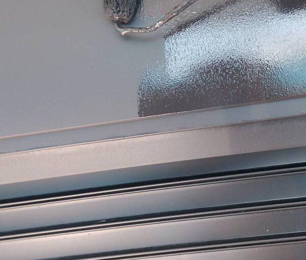 群馬県伊勢崎市 N様邸 屋根塗装 外壁塗装 シャッターボックス、庇塗装 鉄部塗装に重要なケレン作業 (4)