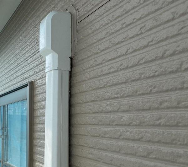 群馬県前橋市 G様邸 外壁塗装・付帯部塗装 エアコンホースカバー、水切りの塗装 (2)
