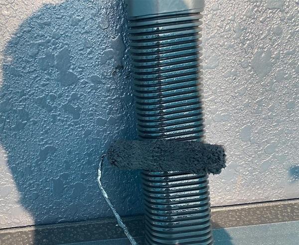 群馬県邑楽郡 アパート 屋根塗装・外壁塗装・付帯部塗装 シャッターボックスとエアコンホースカバーの塗装 ケレン作業 (2)