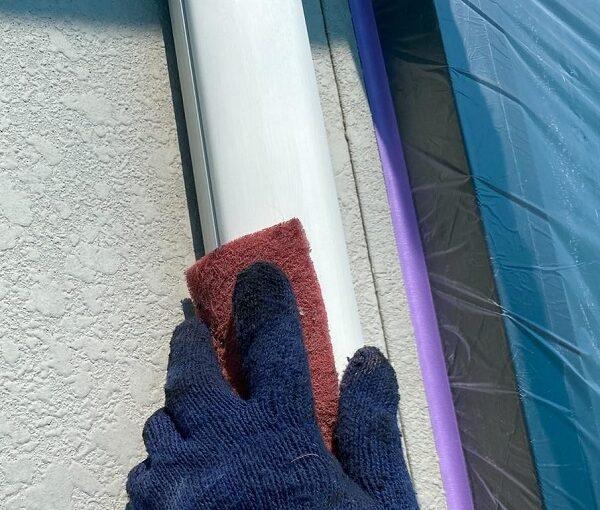 群馬県邑楽郡 アパート 屋根塗装・外壁塗装・付帯部塗装 シャッターボックスとエアコンホースカバーの塗装 ケレン作業 (5)