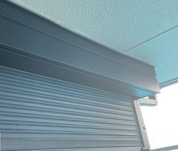 群馬県邑楽郡 アパート 屋根塗装・外壁塗装・付帯部塗装 シャッターボックスとエアコンホースカバーの塗装 ケレン作業 (7)