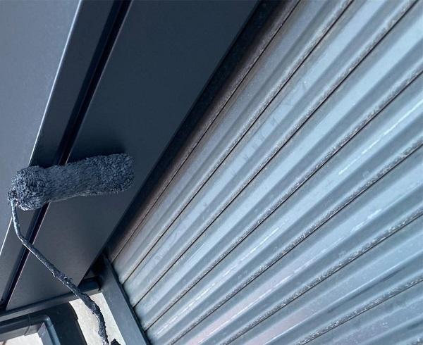 群馬県邑楽郡 アパート 屋根塗装・外壁塗装・付帯部塗装 シャッターボックスとエアコンホースカバーの塗装 ケレン作業 (6)