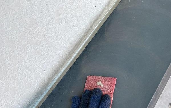 群馬県邑楽郡 アパート 屋根塗装・外壁塗装・付帯部塗装 シャッターボックスとエアコンホースカバーの塗装 ケレン作業 (10)