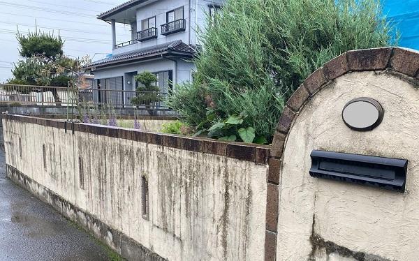 群馬県伊勢崎市 W様邸 屋根塗装・外壁塗装・付帯部塗装 施工前の状態 塀 (3)